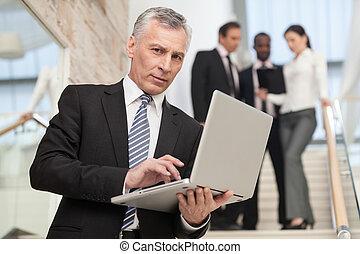 homme affaires, ordinateur portable, tenue