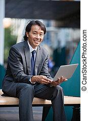 homme affaires, ordinateur portable, utilisation