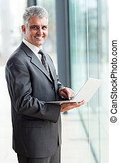 homme affaires, ordinateur portatif, mûrir, utilisation