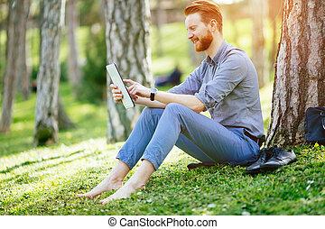 homme affaires, parc, tablette, utilisation