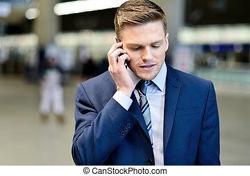 homme affaires, parler téléphone, dehors