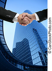 homme affaires, partenaires, serrer main, à, complet