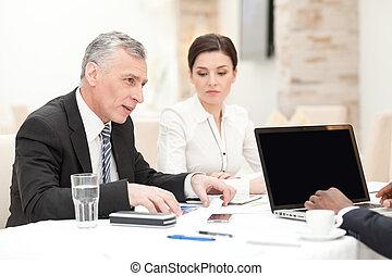 homme affaires, personne agee, réunion, avoir, personnel
