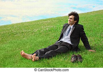 homme affaires, pieds nue, pré, séance
