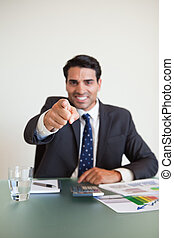 homme affaires, pointage, téléspectateur, portrait