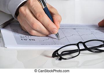 homme affaires, préparer, graphique financier, bureau