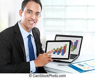 homme affaires, projection, pc tablette