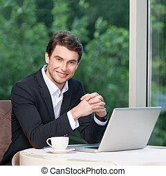 homme affaires, séance, laptop., beau, sourire, café