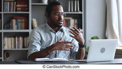 homme affaires, sérieux, casque à écouteurs, conférence, appeler, africaine, webcam, usure