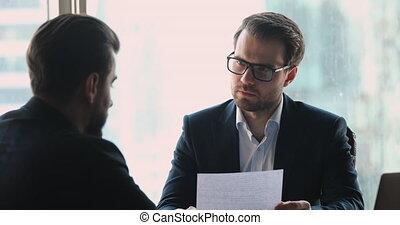 homme affaires, sérieux, mâle, interviewer, tenue, candidat...