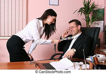 homme affaires, secrétaire, bureau, sien, regarder