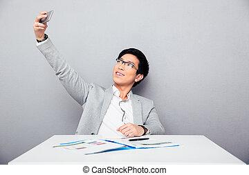 homme affaires, selfie, heureux, confection, photo