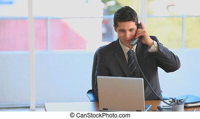 homme affaires, sien, bureau fonctionnant