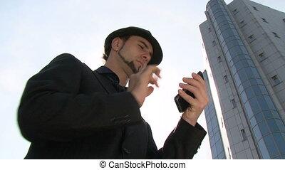 homme affaires, smartphone, faire gestes