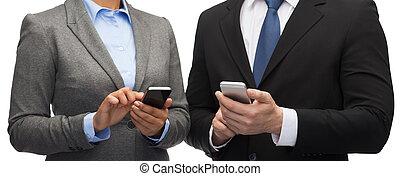 homme affaires, smartphones, femme affaires