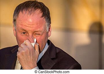 homme affaires, soufflant nez