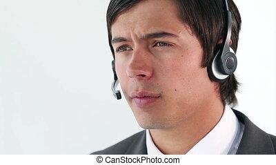 homme affaires, sourire, utilisation, casque à écouteurs