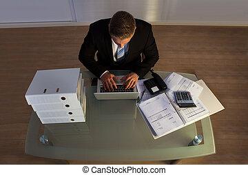 homme affaires, sous, heures supplémentaires, fonctionnement, pression