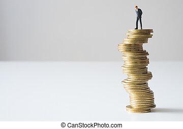 homme affaires, stack., monnaie, risqué, debout