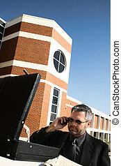 homme affaires téléphone, dehors