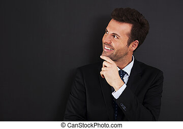 homme affaires, tableau noir, jeter coup oeil, vide, jeune