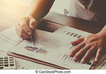 homme affaires, tenant paperasserie, table, et, analyser, investissement, diagramme, fonctionnement, dans, bureau., business, travail, concept.