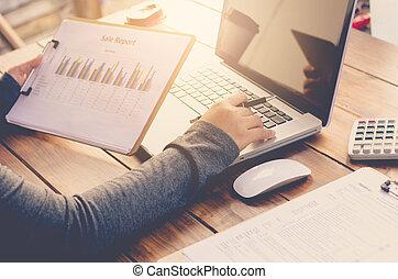 homme affaires, tenant paperasserie, table, et, analyser, investissement, diagramme, fonctionnement, dans, bureau., business, travail, concept