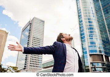 homme affaires tient, dans ville, à, bras augmentés, ciel