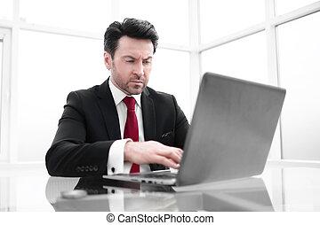 homme affaires, usages, a, ordinateur portable, pour, work.