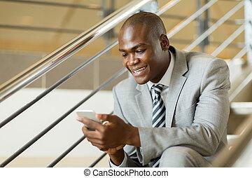 homme affaires, utilisation, noir, intelligent, téléphone