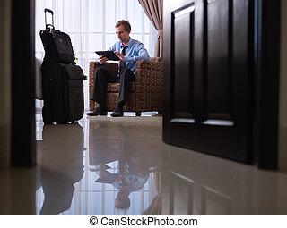 homme affaires, utilisation, tablette numérique, pc, dans, chambre hôtel