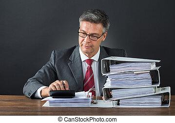 homme affaires, vérification, facture, à, calculatrice, bureau