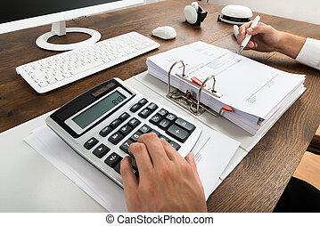 homme affaires, vérification, facture, à, calculatrice