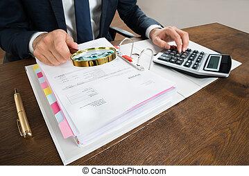 homme affaires, vérification, facture, à, loupe