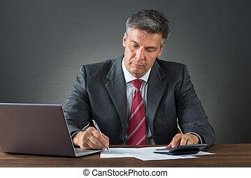 homme affaires, vérification, factures, bureau