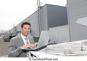 homme affaires, vérification, industriel, installation