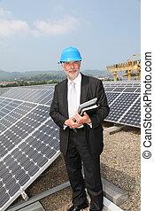 homme affaires, vérification, photovoltaïque, installation