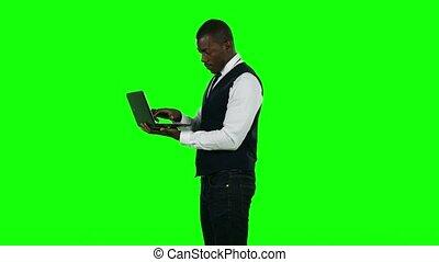 homme affaires, vert, laptop., utilisation, screen.