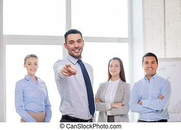 homme affaires, vous, pointage, bureau, doigt