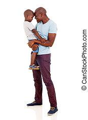 homme africain, porter, sien, petit garçon