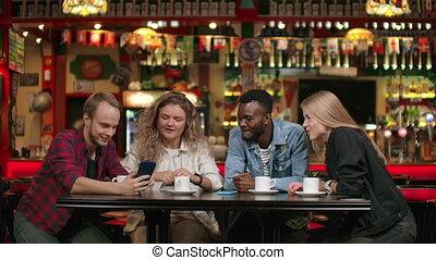 homme afro-américain, amis, quoique, café, temps, sourire, spends, rire, gai, histoires, dire, compagnie