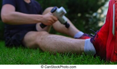 homme, appareil, jambe, percussion, masser, workout., masage, après