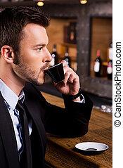 homme, apprécier, frais, coffee., vue côté, de, confiant, jeune homme, dans, formalwear, séance, à, les, compteur barre, et, café buvant