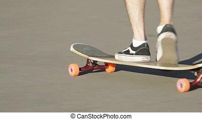 homme, arc, skateboard, autour de, tourner, rouleaux