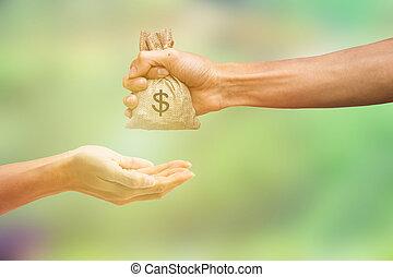 homme, argent tenue main, sac, et, argent donnant, à, autre, personne, sur, brouillé, vert, nature, arrière-plan., argent, concept., conceptuel, payant, pour, échanges