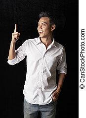homme, asiatique, haut, pointage doigt