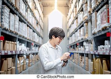 homme asiatique, vérification, les, liste achats, dans, entrepôt