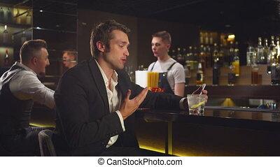 homme, assied, barre, téléphone vidéo, pourparlers, lien