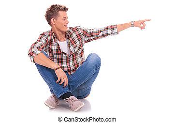 homme assis, jeune, pointage, côté