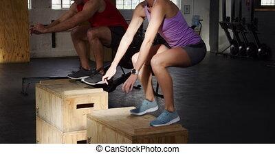 homme, athlétique, côté, femme, sur, boîtes, vue, caucasien...